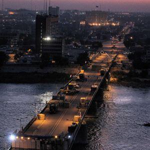 Jumhuriyahin silta erottaa Tahririn aukion tarkasti vartioidusta vihreästä vyöhykkeestä, jolla sijaitsee esimerkiksi suurlähetystöjä.