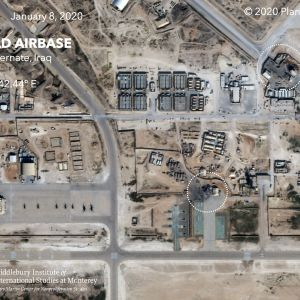 Satelliittikuvassa on merkittynä Iranin ohjusten aiheuttamia tuhoja Yhdysvaltain Ain al-Asadin tukikohdassa Irakissa 8. tammikuuta  2020. Kuvalähde Planet Labs Inc., analyysi Middlebury Institute of International Studies at Monterey (MIIS).