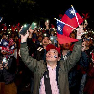 Ihmisiä kampanjatilaisuudessa.