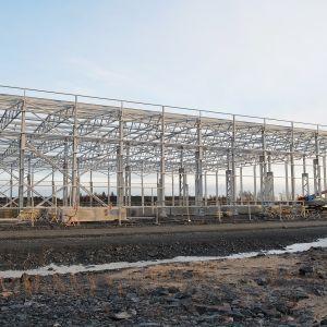 Fennovoiman rakennus. Voimala-alueelle tulee kymmeniä rakennuksia. Ensimmäisiä rakennetaan pikkuhiljaa, vaikka itse voimalan rakentamislupa voidaan saada aikaisintaan parin vuoden päästä.