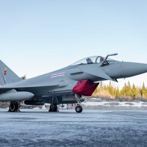 Eurofighter Typhoon-hävittäjä Satakunnan lennoston kentällä.