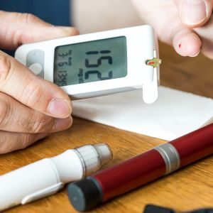 Diabeetikko mittaa verensokeria.