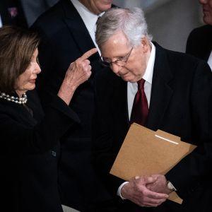 Edustajainhuoneen puheenjohtaja Nancy Pelosi (dem.) ja senaatin republikaanijohtaja Mitch McConnell.
