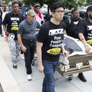 Amerikkalaisia mielenosoittajia paremman terveydenhoidon puolesta marssilla.