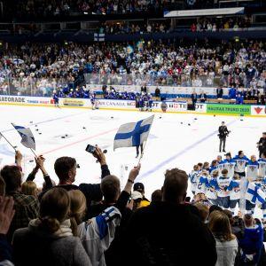 Yleisö ja Suomen  joukkue odottivat videotarkistuksen tulosta.