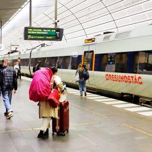 Matkustajia Malmön asemalla menossa Kööpenhaminan junaan.