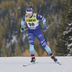 Krista Pärmäkoski hiihtää.