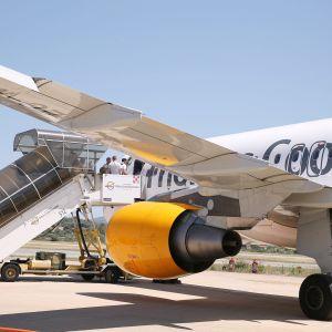 Thomas Cookin lentokone lentokentällä Italian Sardiniassa.