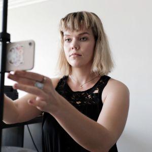 Saana Laigren kuvaa itseään älypuhelimella.