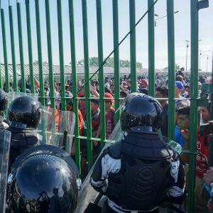 Pakolaisia Meksikon rajalla.