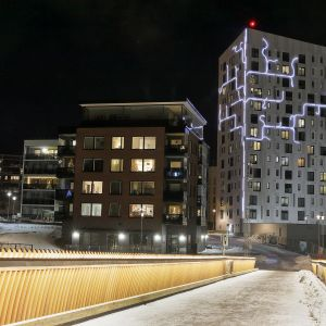 Suomen korkein puukerrostalo iltavalaistuksessa joulukuussa 2019.