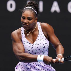 Serena Williams lyö palloa.
