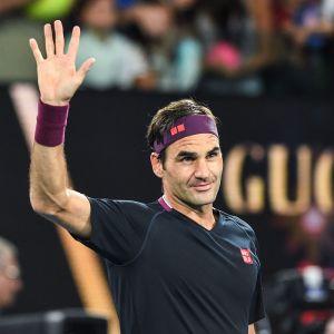 Roger Federer kiittää yleisöä voitokkaan pelin jälkeen.