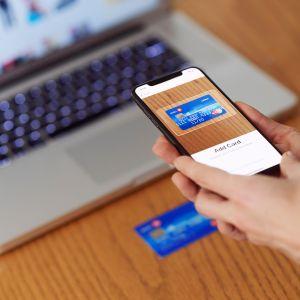 Luottokortin skannaus Apple Pay -järjestelmään.