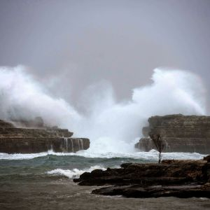 Gloria-myrskyn nostamia korkeita aaltoja Sant Lluisin kylän rannikolla Menorcan saarella 20. tammikuuta 2020.