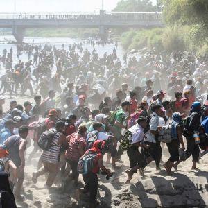 Honduralaisia pyrkimässä Meksikon rajan yli.
