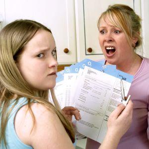 Äiti huutaa teini-ikäiselle tyttärelleen.