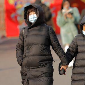 Hengityssuojaimia pitäviä kiinalaisia Pekingissä 21. tammikuuta 2020.