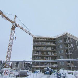 Parhaillaan Pallas Rakennus tekee Rovaniemen keskustassa kerrostaloa, jonka asunnoista on yhtiön verkkosivujen mukaan lähes kaikki myyty. Tammikuu 2020.