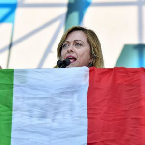 nainen ja italian lippu