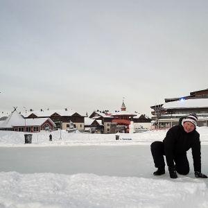 Rukan pipolätkäturnauksen tuottaja Juha Juntunen hioo kenttiä kuntoon tammikuussa 2020.