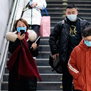 ihmisiä hengityssuojaimet kasvoillaan