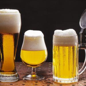 Olutta kahdessa lasissa ja kannellisessa tuopissa.