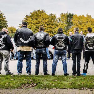 Moottoripyöräjengiläisiä seisoo rivissä.