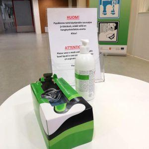 Hengityssuojia ja käsidesi pöydällä Ivalon terveyskeskuksessa.