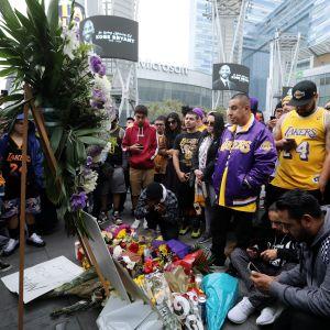 fanit kunnioittavat Kobe Bryantin muistoa tuoden kukkia NBA-joukkue  Los Angeles Lakersin kotihallin eteen.