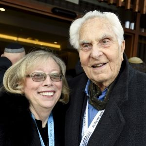 Auschwitzin keskitys- ja tuhoamisleiriltä selviytynyt David Marks (oik.) ja puoliso Kathy Peck Auschwitzin vapautuksen 75-vuotismuistotilaisuudessa Oświęcimissä Puolassa 27. tammikuuta