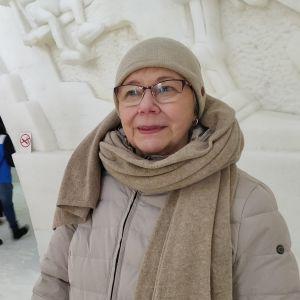 vaaleatakkinen nainen Kemin lumilinnassa