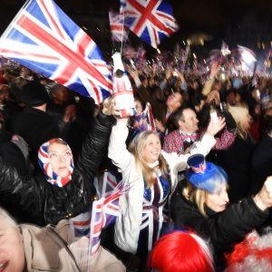 Brexit-juhlijoita parlamentin ulkopuolella.