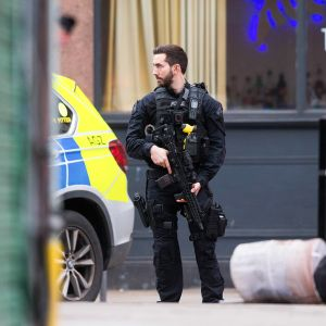 Poliisi partioimassa Streathamin asuinalueella.