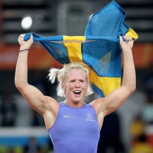 Kuvassa Jenny Fransson juhlii Rion olympiapronssia