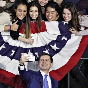 Demokraattien presidenttiehdokkuutta tavoitteleva Pete Buttigieg ottaa selfieitä kannattajiensa kanssa.