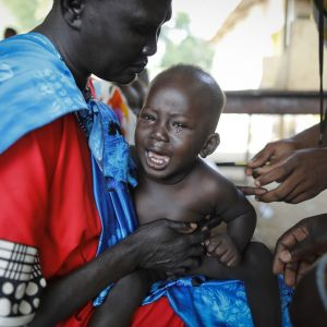 Kuvassa on lapsi naisen sylissä.