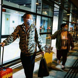 Risteilyalukselle eristetyt ihmiset pääsivät vapauteen Hongkongin satamassa.