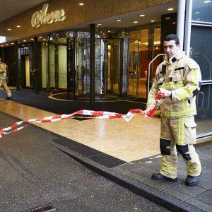 Pelastusviranomaiset eristivät Okura-hotellin pommiuhkan vuoksi 3. tammikuuta.