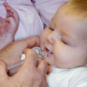 Vauvan ensimmäinen rokote annetaan Suomessa kahden kuukauden iässä. Rokotteella suojellaan rotavirusta vastaan.