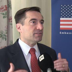 Yhdysvaltain apulaisoikeusministeri John Demers Ylen haastattelussa.