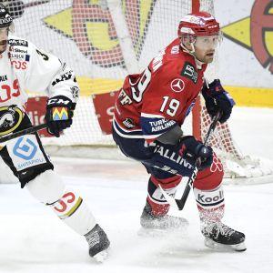 Kärppien Juhamatti Aaltonen ja HIFK:n Juho Keränen kuvassa