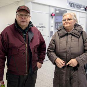 Kauko ja Anna-Liisa Jaskari lähdössä Lapuan terveyskeskuksesta.