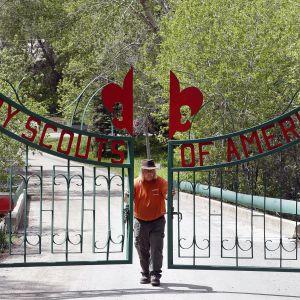 Leirinvartija sulkee partioleirin porttia  Utahin Paysonissa.