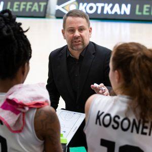 Mika Haakana ohjeistaa pelaajiaan vaihtopenkillä.
