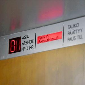 Istuntosalin ovi käräjäoikeudessa.