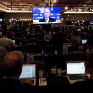 Toimittajat seuraavat demokraattipuolueen esivaaliehdokkaiden väittelyä Las Vegasissa.