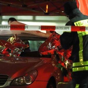 Pelastustyöntekijät eristivät ammuskelun tapahtumapaikan Hanaussa.