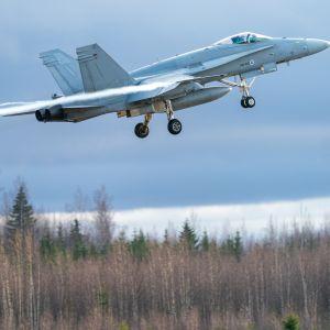 Suomen ilmavoimien F/A-18 Hornet nousussa Satakunnan lennoston kentältä Pirkkalassa.