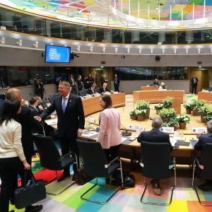 EU:n budjettikokoukseen osallistujia pyöreän pöydän ääressä Brysselissä.